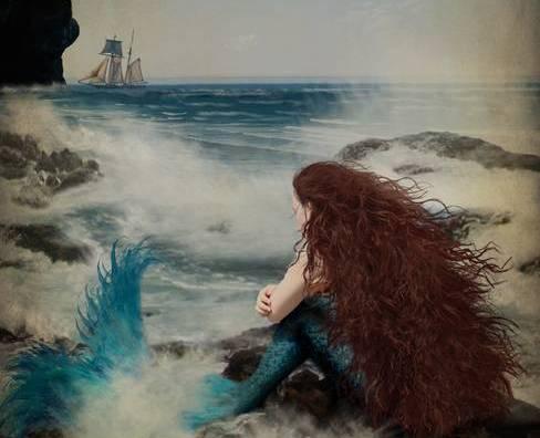 Meerjungfrau blickt aufs Meer