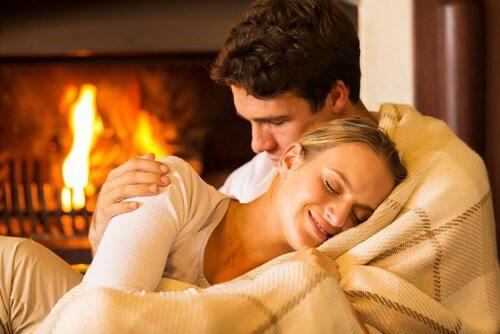 Zaertlichkeit-zwischen-Mann-und-Frau