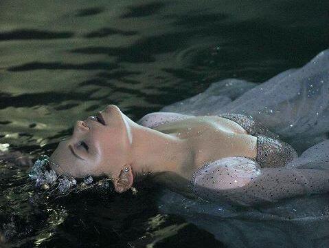 Frau liegt im Wasser