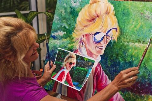 Frau malt eine glueckliche Frau