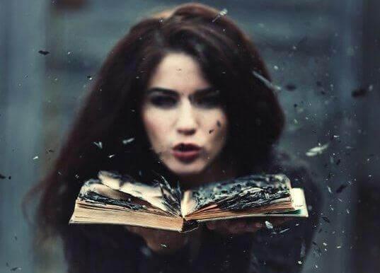 Frau mit Buch in der Hand