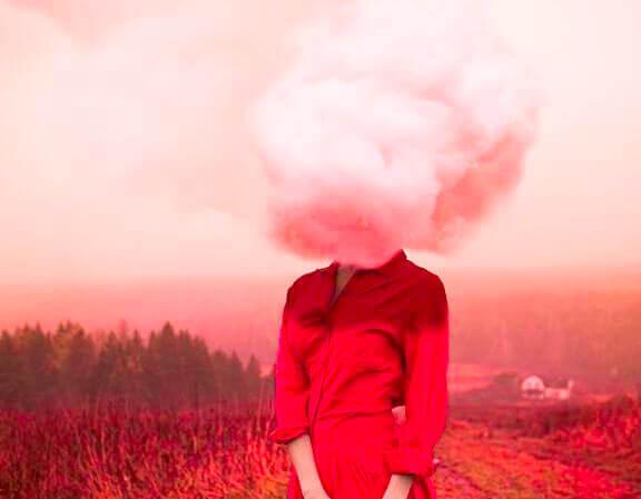 Frau mit Kopf in den Wolken