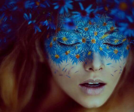 Frau mit Maske aus Blumen