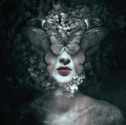 Frau mit Schmetterlingen im Gesicht
