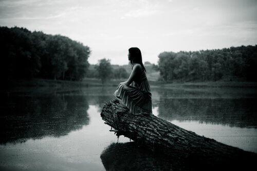 Frau schaut auf den Fluss