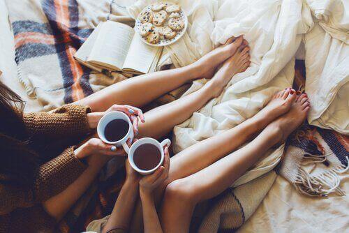 Freundinnen mit Kaffee im Bett