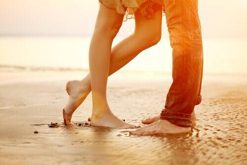 Fueße eines Paares am Strand