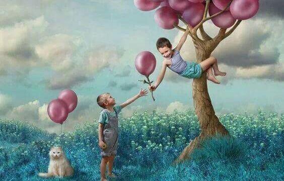 Kinder spielen am Baum