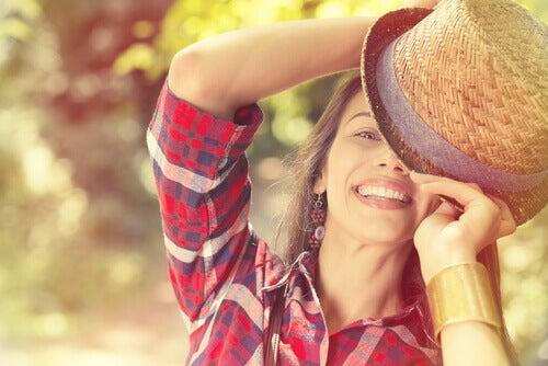 Lachende Frau mit Hut
