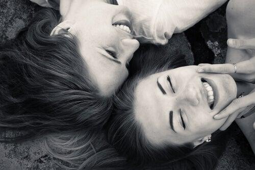 Lachende Freundinnen