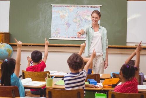 Lehrerin mit Kindern