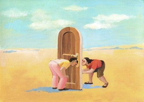 Mann und Frau zwischen Tür
