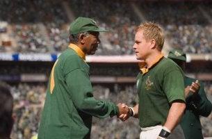 Nelson Mandela reicht seinem Freund die Hand