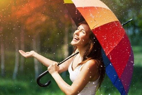 Frau mit buntem Regenschirm