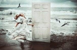 Tür am Strand führt ins Unbekannte