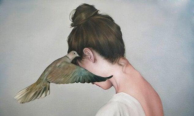 Vogel zwitschert einer Frau etwas