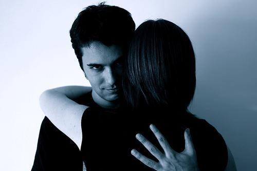 Obsessive Liebe und der Blick des Partners während einer Umarmung