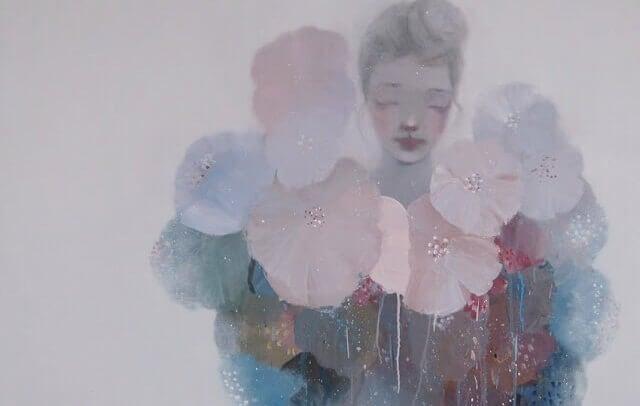 Eine Frau ist von Blumen verdeckt, ihr Inneres ist nicht erkennbar