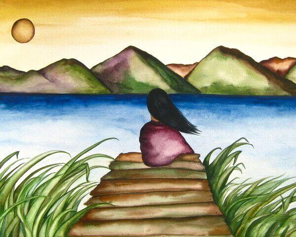 Frau auf Bootssteg lässt Blick über den See schweifen