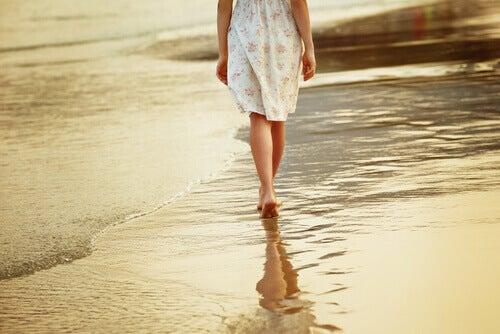 Frau geht am Meer spazieren