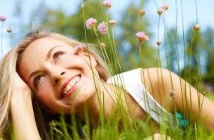 Frau träumt zwischen Blumen
