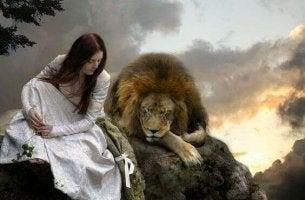 Frau führt Gespräch mit einem Löwen