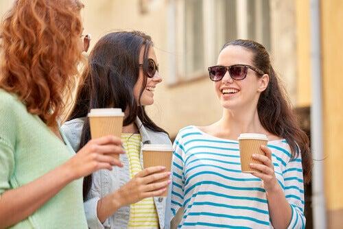 Freundinnen trinken Kaffee