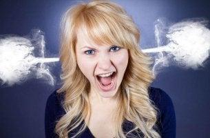 Schnell frustriert - aus den Ohren einer Frau treibt Dampf