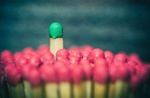 Führungstypen - ein Streichholz mit grünem Kopf ragt über alle anderen hinaus