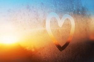 Auf eine Fensterscheibe gemaltes Herz