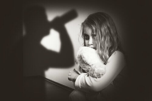 Verängstigtes Mädchen beobachtet trinkende Eltern