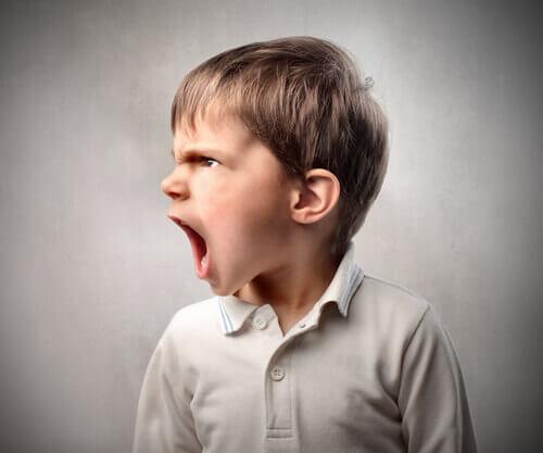 Eine Junge ist wütend.
