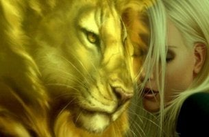 Gesicht einer Frau neben dem Kopf eines Löwen