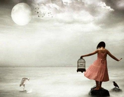 Mädchen verliert das Gleichgewicht