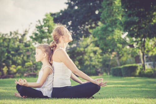 Mutter und Kind: Meditation, um traumatische Ereignisse zu überwinden