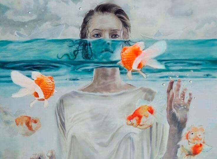 Frau im Wasser mit Goldfischen