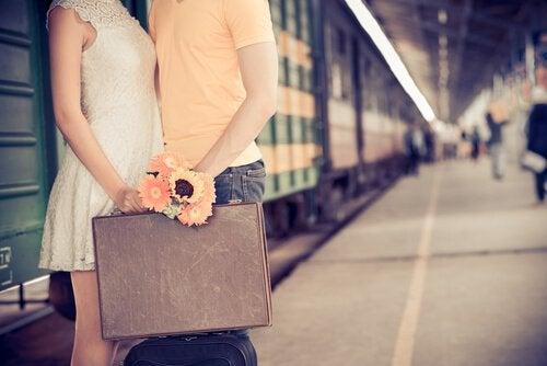 Paar auf dem Bahnhof