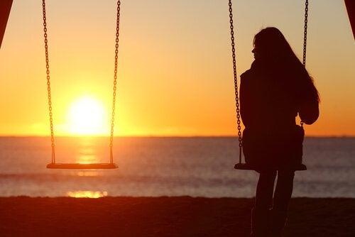 Sich Zeit für sich allein nehmen - Frau genießt Alleinsein auf der Schaukel