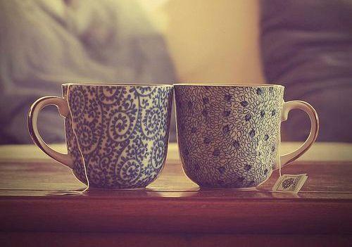 Teetassen laden zum Gespräch