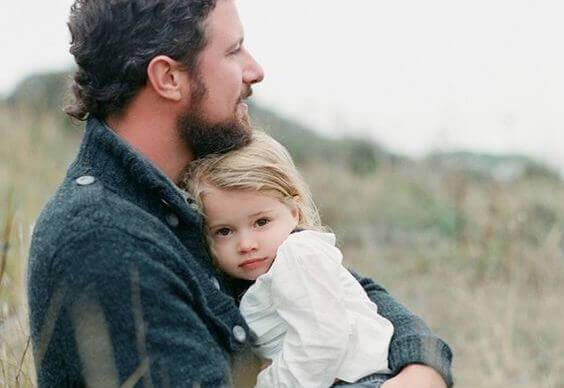 Vater zeigt seiner Tochter seine Stärken