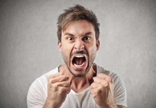 Mann ist wütend und frustriert