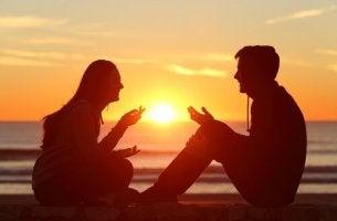 Gefühl der Verbindung - Kommunikation zweier Menschen am Strand bei Sonnenuntergang