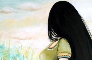 Frau schaut zum Horizont