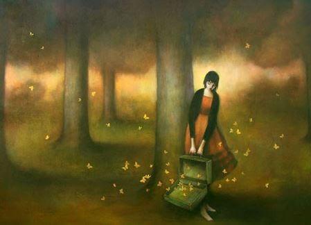 Mädchen lässt im Wald goldene Schmetterlinge frei