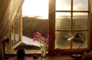 Allein sein - offenes Fenster vor einer schönen Landschaft