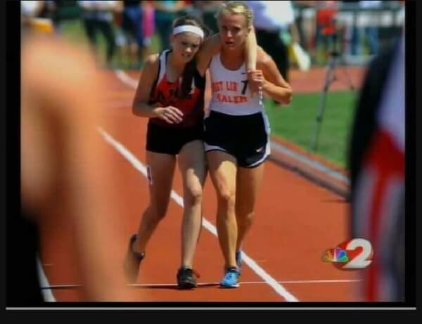 Athleten kommen gemeinsam ins Ziel