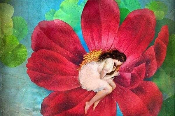 Frau legt sich in einer Blüte schlafen