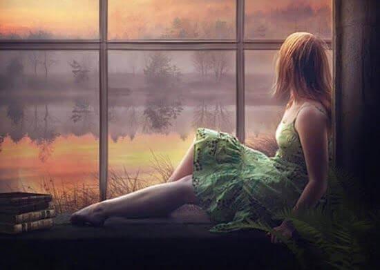 Frau-Fenster-Abendstimmung
