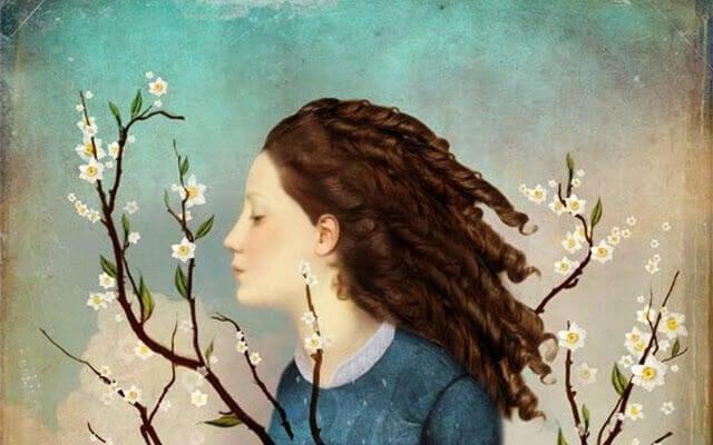 Frau zwischen Blütenzweigen
