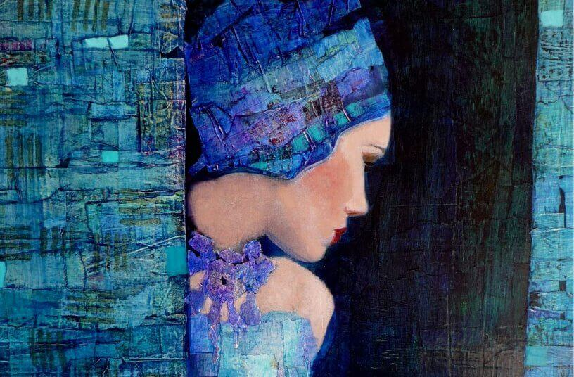 Frau in blau gehuellt